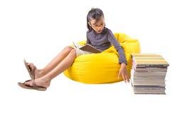 Libri di lettura della ragazza II Immagini Stock