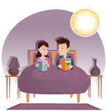 Libri di lettura delle coppie a letto Fotografia Stock