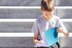 Libri di lettura dello scolaro Bambino che fa compito all'aperto Di nuovo al concetto del banco Immagine Stock Libera da Diritti