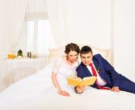 Libri di lettura dello sposo e della sposa, stile di vita, matrimonio, famiglia, amore, concetto di conoscenza immagine stock libera da diritti