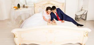 Libri di lettura dello sposo e della sposa, stile di vita, matrimonio, famiglia, amore, concetto di conoscenza fotografie stock
