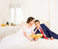 Libri di lettura dello sposo e della sposa, stile di vita, matrimonio, famiglia, amore, concetto di conoscenza immagini stock libere da diritti