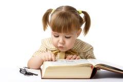 Libri di lettura svegli della bambina, di nuovo al banco Fotografie Stock