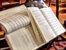 Libri di musica su un supporto di musica Fotografia Stock Libera da Diritti