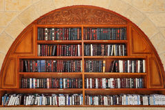 Libri di preghiera ebrei sugli scaffali. Fotografie Stock