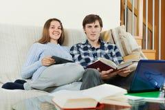 Libri di studio degli studenti a casa Fotografia Stock Libera da Diritti