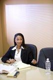 Libri di studio della donna del African-American Immagine Stock