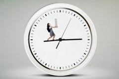Libri di trasporto della studentessa sull'orologio Immagini Stock Libere da Diritti