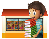 Libri di trasporto di un ragazzo fuori della biblioteca Immagini Stock Libere da Diritti