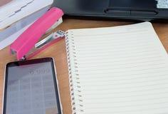 Libri e calcolatore di carta della penna sull'ufficio dello scrittorio Fotografia Stock Libera da Diritti