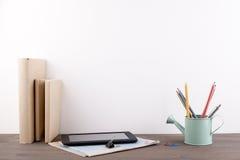 Libri e cancelleria su una scrivania di legno Fotografia Stock