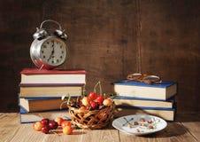 Libri e ciliegia Immagini Stock