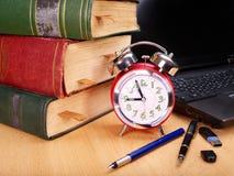 Libri e computer portatile. Rifornimenti di banco. Fotografia Stock Libera da Diritti