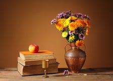 Libri e fiori Immagini Stock Libere da Diritti