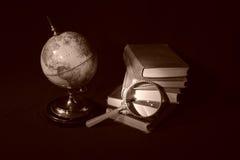 Libri e globi V Fotografie Stock Libere da Diritti