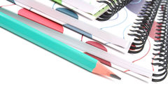 Libri e matita a spirale immagini stock libere da diritti