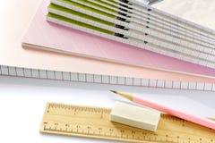 Libri e matita su fondo bianco. Fotografie Stock