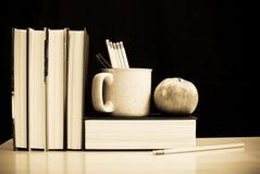 Libri e matite di banco immagini stock libere da diritti