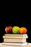 Libri e mele di banco Fotografie Stock Libere da Diritti