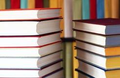 Libri e scaffali per libri impilati Fotografia Stock Libera da Diritti