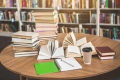 Libri e taccuino che individuano nella biblioteca immagine stock
