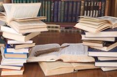 Libri e una penna della piuma Fotografia Stock