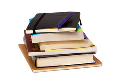Libri e una penna isolata su bianco fotografia stock libera da diritti