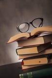Libri e vetri dello studente sparati in studio Fotografia Stock Libera da Diritti