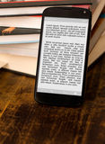 Libri elettronici della lettura sullo smartphone. Fotografia Stock