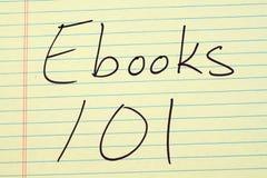 Libri elettronici 101 su un blocco note giallo Fotografia Stock Libera da Diritti