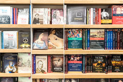 Libri famosi da vendere sullo scaffale delle biblioteche Immagine Stock Libera da Diritti