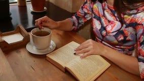 Libri, fiori, tazza bianca e diario aperto sulla tavola di legno video d archivio