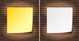 Libri gialli e Bianchi in bianco sulla parete di legno Fotografia Stock
