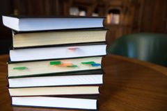 Libri impilati con il segno colorato Immagine Stock