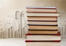 Libri impilati dai disegni della città Fotografie Stock