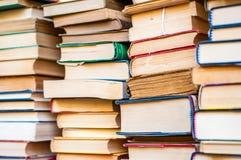 Libri impilati Mucchi del fondo dei libri Fotografia Stock Libera da Diritti