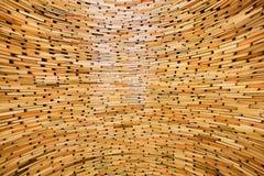 Libri impilati negli strati in parete enorme di conoscenza Immagini Stock