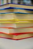 Libri impilati Pila di libri Chiuda su dei libri in biblioteca Immagini Stock Libere da Diritti