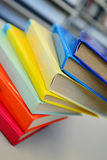 Libri impilati Pila di libri Chiuda su dei libri in biblioteca Fotografie Stock