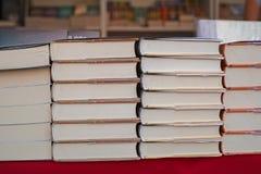 Libri impilati sulla tavola fotografie stock