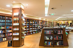 Libri internazionali famosi da vendere nel deposito di libro Immagine Stock Libera da Diritti