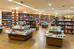Libri internazionali famosi da vendere nel deposito di libro Fotografia Stock