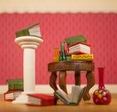Libri miniatura e vasi sulla tavola immagine stock libera da diritti