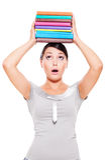 Libri molto-colorati holding di modello Immagini Stock