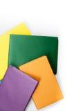 Libri multicolori della libro con copertina rigida su fondo bianco Di nuovo al banco Copi lo spazio per testo Fotografie Stock