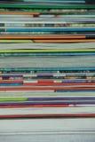 Libri nei colori differenti nella biblioteca fotografie stock