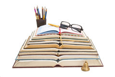 Libri, penne ed occhiali da sole in una singola composizione Immagine Stock Libera da Diritti