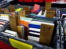 Libri in recipienti per la vendita di libro sulla Tabella dello scaffale Fotografie Stock