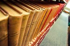 Libri rilegati di cuoio variopinti in una biblioteca medica fotografie stock