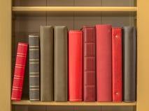 Libri in scaffale per libri immagini stock